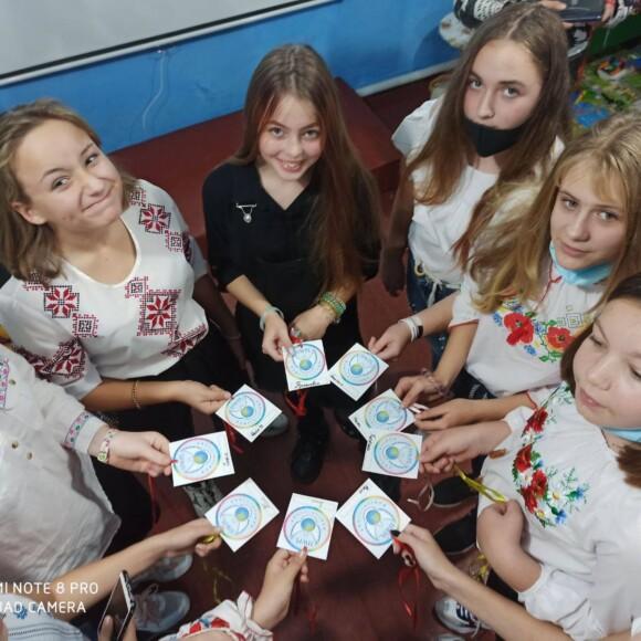Вперше 139 українських школярів стали випускниками міжнародн ого курс у освіти миру